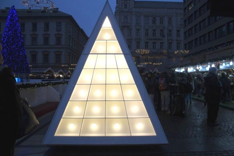 WHITE-CHRISTMAS-TREE-MODERN-LIGHTS-2-Ana_J-PX